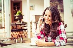 Donna del caffè sul telefono Immagini Stock