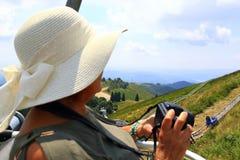 Donna del cappello del sole di estate che gode della vista da Mottarone Italia immagini stock libere da diritti