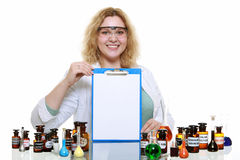 Donna del chimico con la lavagna per appunti della boccetta della cristalleria isolata Immagini Stock