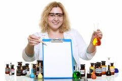 Donna del chimico con la lavagna per appunti della boccetta della cristalleria isolata Fotografie Stock