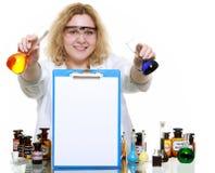 Donna del chimico con la lavagna per appunti della boccetta della cristalleria isolata Immagine Stock