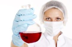 Donna del chimico con le provette Fotografie Stock Libere da Diritti