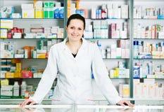 Donna del chimico della farmacia in farmacia fotografia stock libera da diritti