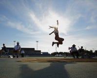 Donna del cielo di salto in lungo Fotografia Stock