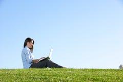 donna del computer portatile del campo di affari Immagine Stock