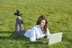 donna del computer portatile del campo di affari Fotografia Stock Libera da Diritti