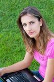 donna del computer portatile dell'erba Fotografia Stock