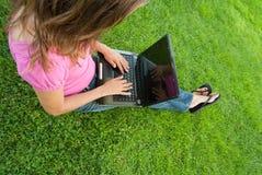 donna del computer portatile dell'erba Fotografie Stock