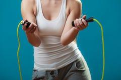 Donna del corpo della parte con la corda di salto Fotografia Stock