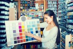 """donna del ¿ del ï"""" che sceglie colore della pittura Fotografie Stock"""
