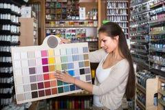 """donna del ¿ del ï"""" che sceglie colore della pittura Fotografia Stock"""