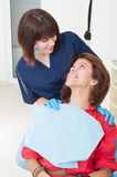 Donna del dentista che prende buona cura sul suo paziente Immagini Stock Libere da Diritti
