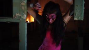 Donna del diavolo con i corni ed il trucco di Halloween video d archivio