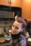 Donna del figlio del baby boom in cucina immagini stock libere da diritti