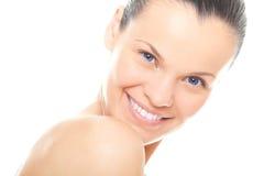 Donna del fronte del primo piano giovane con pelle pulita sana Immagini Stock