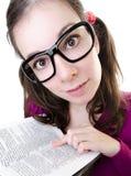 Donna del geek che mostra libro Fotografia Stock