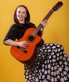 Donna del giocatore di chitarra del Brunette Immagini Stock Libere da Diritti