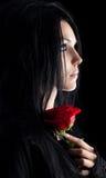 Donna del goth del Brunette con il ritratto di rosa Immagini Stock