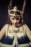 Donna del guerriero con la maschera dell'oro, capelli lunghi castana. Capelli lunghi. Pro Fotografie Stock