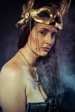 Donna del guerriero con la maschera dell'oro, capelli lunghi castana. Capelli lunghi. Pro Fotografia Stock Libera da Diritti