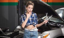 Donna del lavoratore al distributore di benzina Immagini Stock