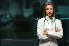 Donna del medico nell'ufficio Immagine Stock Libera da Diritti