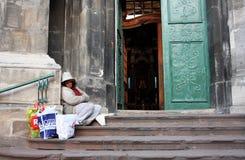 Donna del mendicante che si siede sul gradino della porta Fotografie Stock