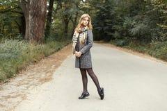 Donna del modello a caldo in sciarpa calda d'annata in cappotto e scarpe fotografia stock libera da diritti