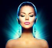 Donna del modello di fascino di modo sopra il nero Fotografia Stock