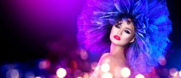 Donna del modello di moda nella posa variopinta delle luci intense Ritratto di bella ragazza sexy con trucco d'avanguardia e la p fotografie stock libere da diritti