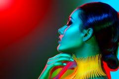 Donna del modello di moda nelle luci intense variopinte Fotografia Stock Libera da Diritti