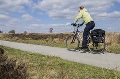 Donna del motociclista su una pista ciclabile Fotografie Stock Libere da Diritti
