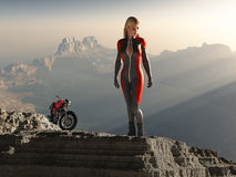 Donna del motociclista sul picco di montagna Immagine Stock