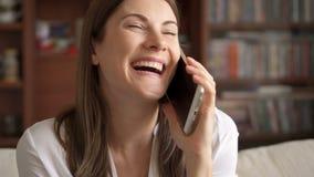 Donna del movimento lento a casa che parla sul telefono cellulare Bello giovane professionista femminile che ha conversazione cas stock footage