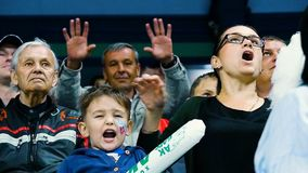Donna del movimento lento con il gruppo di sostegni del figlio contro il fan che ondeggia alla macchina fotografica video d archivio