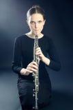 Donna del musicista che gioca lo strumento musicale del oboe Fotografia Stock Libera da Diritti