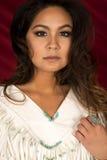 Donna del nativo americano nel bianco sullo sguardo capo di fine di rosso Fotografie Stock Libere da Diritti