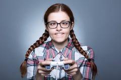 Donna del nerd con Gamepad immagine stock libera da diritti