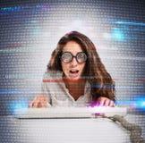 Donna del pirata informatico e del geek immagine stock