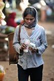 Donna del povero dell'Asia del mercato dell'alimento fotografia stock libera da diritti