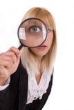 Donna del primo piano che osserva tramite la lente d'ingrandimento Immagine Stock Libera da Diritti