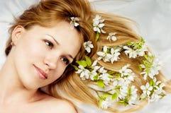 Donna del primo piano con i fiori in capelli Fotografie Stock Libere da Diritti