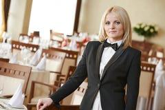 Donna del responsabile del ristorante al posto di lavoro Immagine Stock