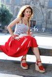 Donna del ritratto che cammina fuori sulla via della città Turista femminile che cammina all'aperto Fotografia Stock