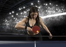 Donna del ritratto che gioca a tennis sul nero Fotografie Stock