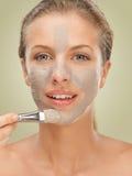 Donna del ritratto di bellezza del primo piano che applica mascherina facciale Immagini Stock