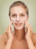 Donna del ritratto di bellezza del primo piano con la mascherina facciale Fotografie Stock