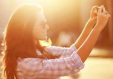 Donna del ritratto di stile di vita bella fotografata sullo smartphon Fotografia Stock Libera da Diritti