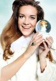 Donna del ritratto in una pelliccia bianca con vetro MU Fotografie Stock
