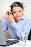 Donna del servizio d'assistenza che installa per il lavoro Fotografie Stock Libere da Diritti